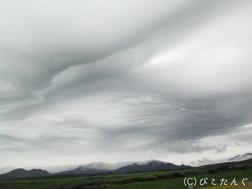 開陽台(雲の自然アート。オーロラの様に真ん中が割れている。)